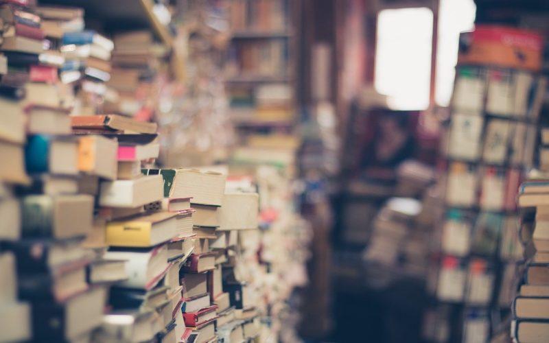 Viele Bücher in einer Buchhandlung übereinandergestapelt