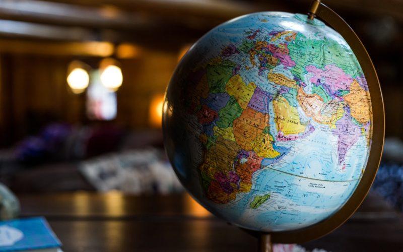 Globus auf einem Tisch mit Sicht auf Afrika