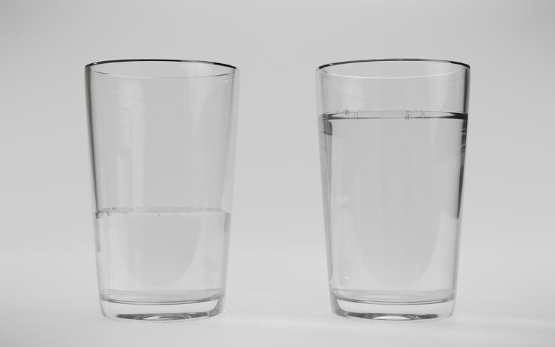2 Wassergläser halb voll und voll